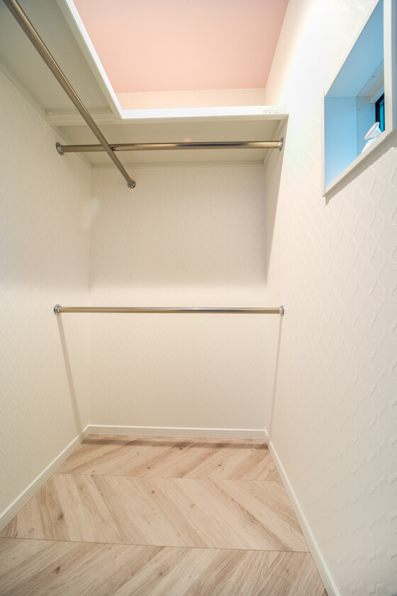 「ウォークインクローゼットは、プリティゾーンにしちゃいましょう」ということになり、奥様の選ばれた壁紙(サンゲツRE-2799)の雰囲気にあうベビーピンク(BB-9053)の天井をご提案。