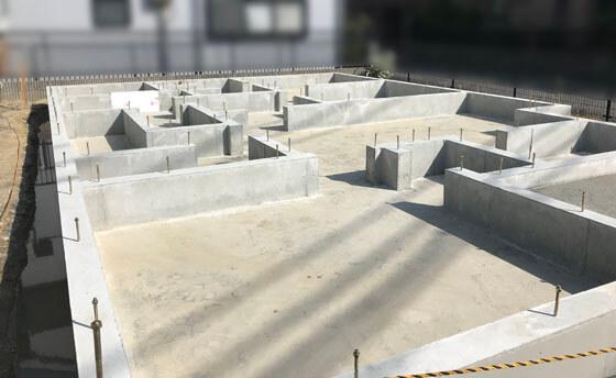 土台を固定するアンカーボルトと補強金物のホールダウン金物(地震時や台風時に柱が土台や梁から抜けるのを防ぐために必要不可欠な金物)も所定の位置にしっかり納まっています