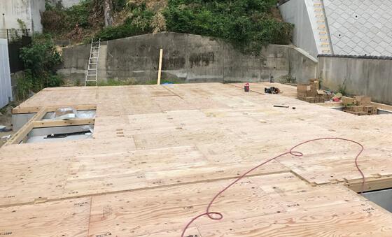その上から24mmの床合板を貼ります水平構面の剛性が高く、施工性にも優れた「剛床」という工法です。