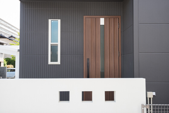 """玄関ドアはジエスタのB21型(今は""""P16型""""と名称が変わっています)。"""