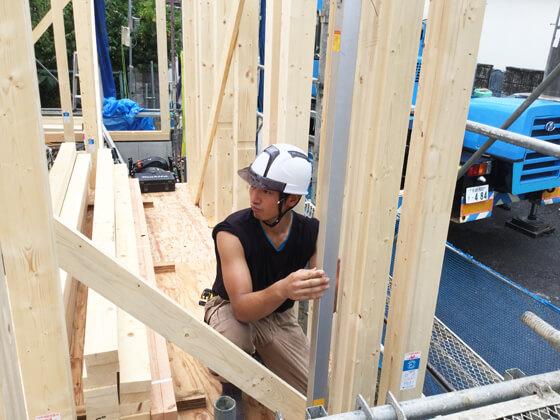 棟梁が柱のたち(垂直)を確認、仮筋交いで固定していく様子をカメラに納めました