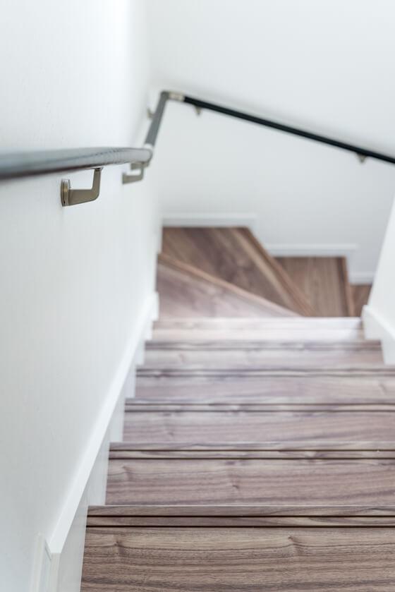 階段はLIXILのウェルナット色。シックな色合いですが、段鼻と呼ばれる「踏板の先端」にスリップ止め加工が・・・。