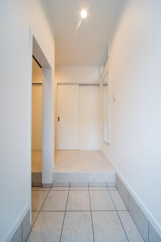 床はゴージャスな装いの「東洋テックスのダイヤモンドフロアー(オニックスパール)」。アイボリー系の大理石は、カラーが最近リニューアルされました