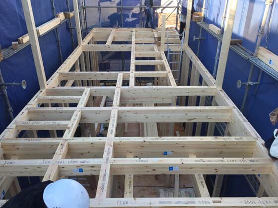 1階の柱と、2階の床を支える梁を組み終わりました。