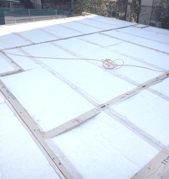 アクリアUボードピンレス高断熱材を土台間に敷きつめます