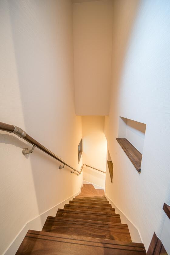 階段の壁面には、段の傾斜に沿うように2つのニッチを造作。