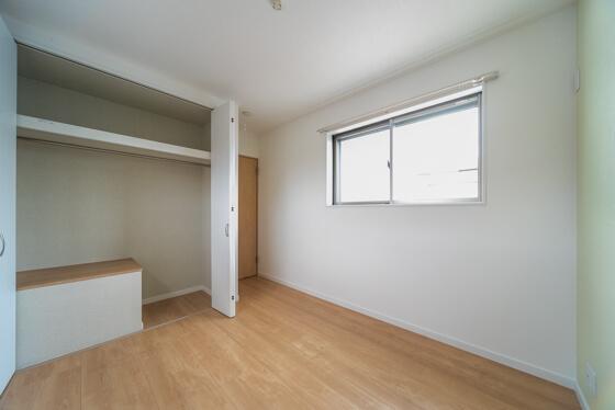 お部屋のクローゼットは、一部階段上の空間を利用しているため、階段を下りるときに圧迫感を与えないように、「床上げ」をしています。