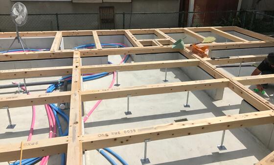 基礎の上に土台が敷かれ、束は、お住まい頂いてからでも調整可能な鋼製束(城東テクノ社製)で支えています。