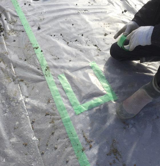 防湿シートを被せ、養生テープでしっかりとめます