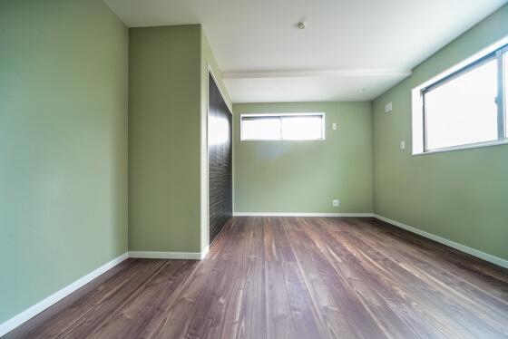 7.2帖のお部屋の壁はグリーンで統一。フロアーはLIXILのラシッサD.フロアから落ち着いたウォールナット色です。