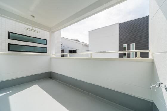 奥行き1800mm×幅3600mmとたっぷり洗濯物が干せるスペースと、天井に竿掛けを設置