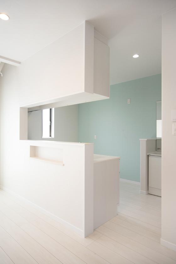 リビング側からキッチンを見ると・・・背面のブルーが素敵です