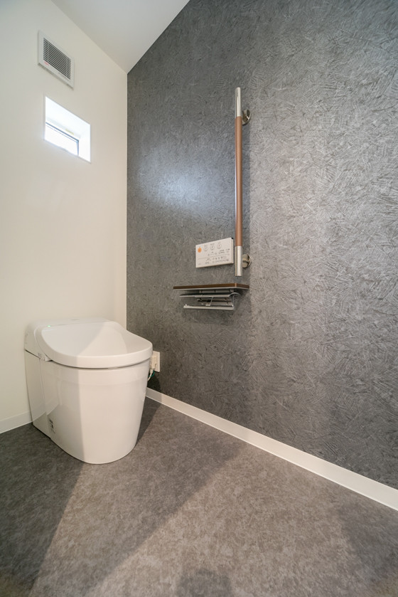 手すりとカウンター付紙巻器はTOTO。トイレを出たところに洗面台がありますので手洗い器は必要ないとのこと。トイレ内の手洗い器を省くとスッキリ広々トイレになりました!