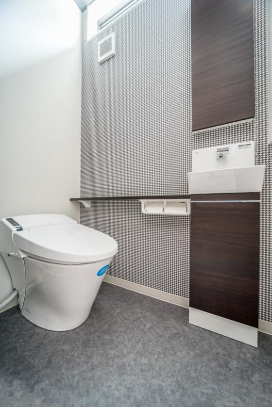 トイレのアクセントクロスは、シックに千鳥格子のチェック柄