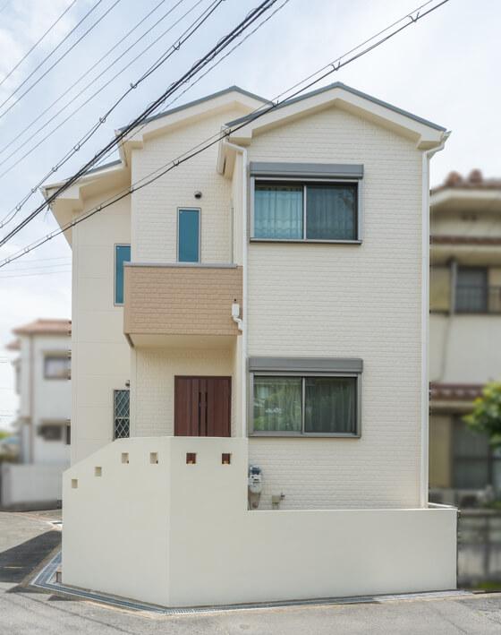 玄関ドアの前には、コンクリートブロックを積んで左官+ベルアート塗装仕上げの壁を計画