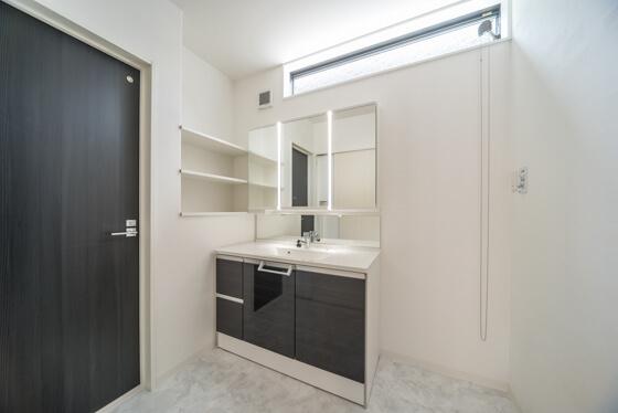 洗面化粧台は、パナソニックのシーライン。オーダーサイズのワイド1200mmです。3面鏡は「ミドルミラー(3面鏡の収納部分の下もミラー)」に変更