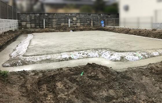 防湿シートで覆い捨てコンクリートの打設を行います