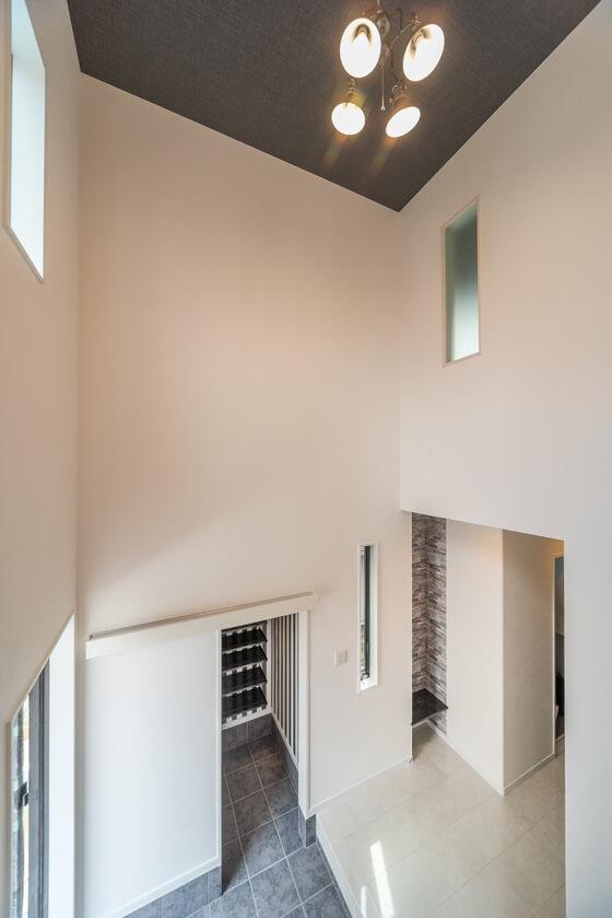 玄関の横には、壁を凹ませて飾り棚を ブラックの棚板は、アイカ工業でオーダー。たくさんある色と質感の中から、H様邸の玄関に合うシートを選び完成しました