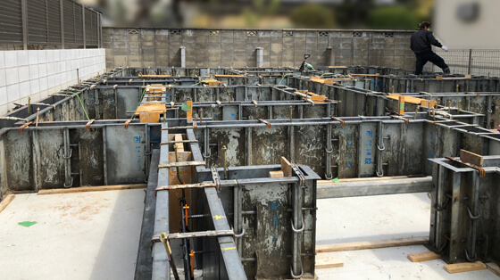 ベースコンクリートの打設が終わったら、さらに立ち上がりの型枠を組み、アンカーボルトやホールダウン金物をセット