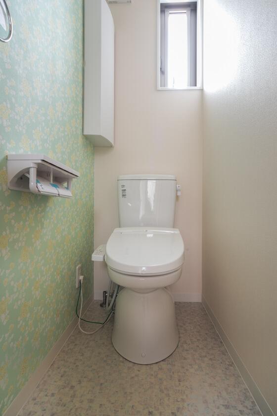 壁紙はシンコール。汚れ防止・抗菌・消臭などの効果が期待できて、尚且つお気に入りの色合いの壁紙を見つけ出すことができました。