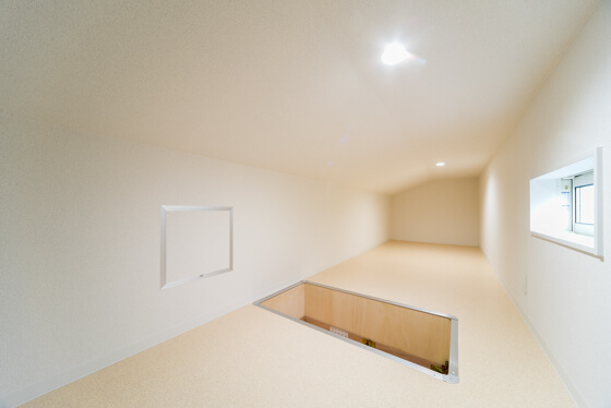 天井収納庫は約7帖。屋根形状の一番高い部分を有効利用しているため、天井が高くとれ広々しています。