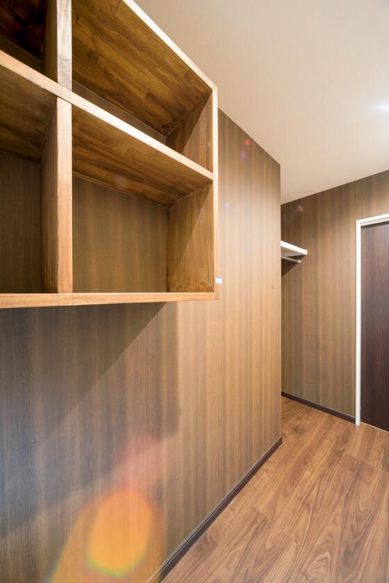 上部のボックスは造作本棚(W900、下段がH400、上段がH300)。