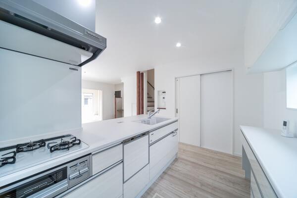 キッチン横の白い扉は洗面所に通じていますので、水廻り動線が近くて便利です