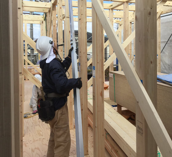 柱を立て、梁でつないだ後は、柱の垂直を確認して「仮筋交い」で固定