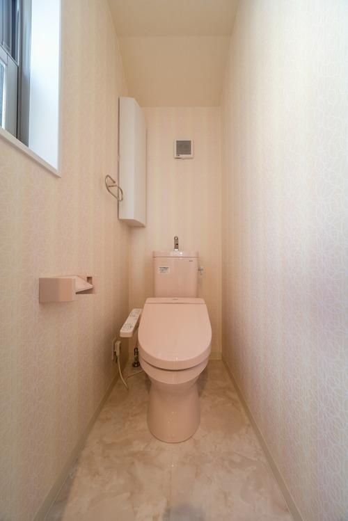 2階のトイレは、TOTOのタンク付トイレ