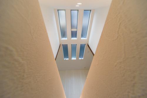 上下に配置された三連窓