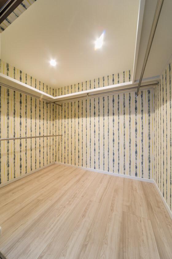 寝室のウォークインクローゼット3帖。個室として利用できるほどの広さがあります