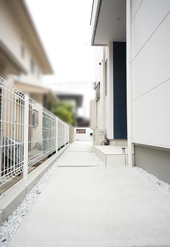 玄関ポーチまでは土間コンクリート直押えでゆったりとしたスロープ状に