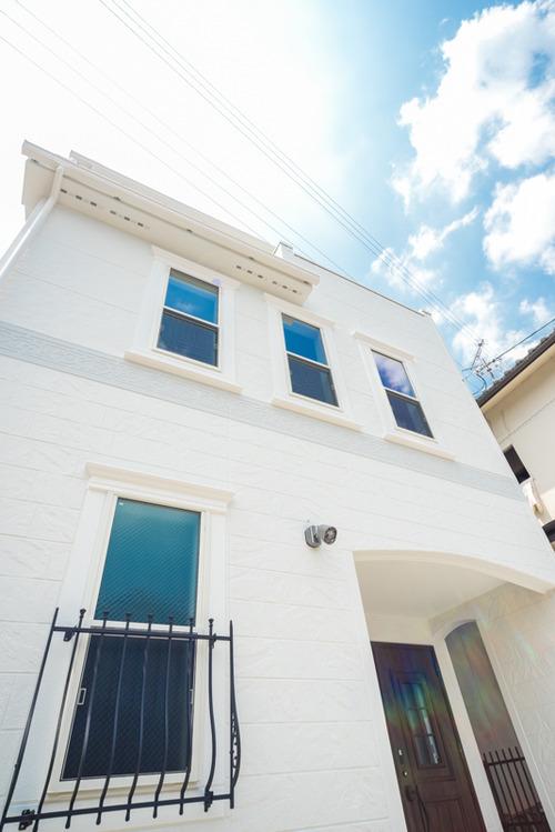 1階の窓飾りはリクシルのラフィーネ