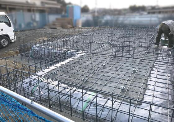 「防湿シート」で覆い、その上に「捨てコンクリート」を打設。それから配筋をおこないます
