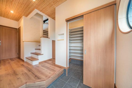 玄関ホールで一つ目を引くのが天井の板目。これは北欧のパイン材がデザインされたクロス(サンゲツのリザーブ:RE2635)です