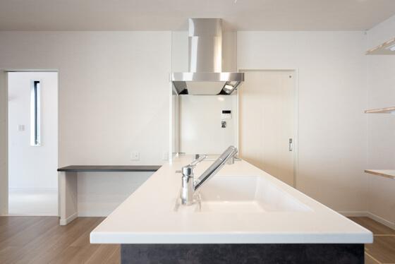奥行は800mmのタイプ。キッチン前の空間、ダイニングテーブルをどう置くかも考えて、奥行を選定しました