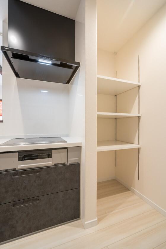 そして冷蔵庫の反対側、キッチンの奥は奥行き600mmの収納スペース