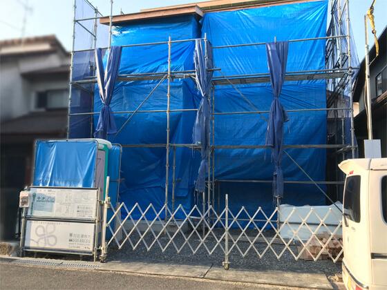 外壁周りは「ハイベストウッド」という合板を全面に貼っていきます。上棟日に全面の合板貼りまでは作業できませんので、一旦ブルーシートで養生して、A様邸の上棟日の作業は終了です