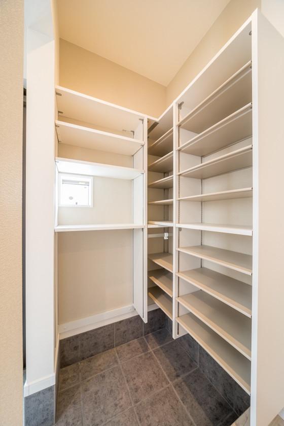 シューズクローク内の棚は「ダイケンのカンタナ」。L型の組み合わせパターンです。