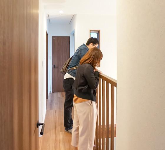 このように、2階の各部屋に続く廊下から、吹抜けを見下ろすことが出来ます