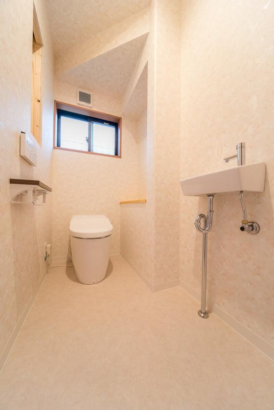 トイレの幅を広くするため、階段との間にスペースがうまれたので、デコレーションカウンターをご提案。