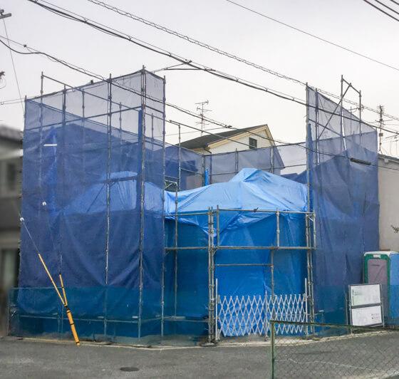I大判のブルーシートでドームのようにしっかりと覆い「前組作業」は終了。