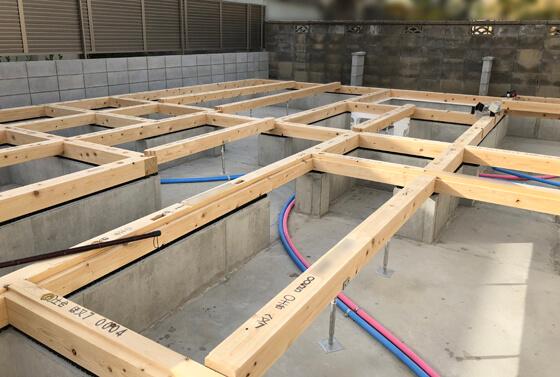 上棟前の準備の土台敷き。基礎幅は150mm。土台は120角のヒノキです