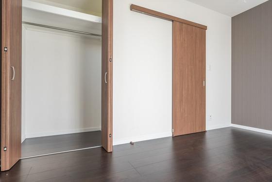 洋室の出入口は「アウトセット」という引戸を採用。LIXILのクリエモカ色。