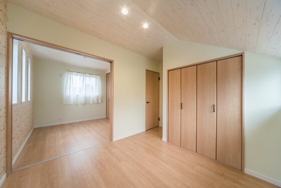天井は、オフホワイトの木目調クロスを選定。壁紙のコーディネートと、床や建具のカラー「クリエモカ」がとっても雰囲気合っていますね