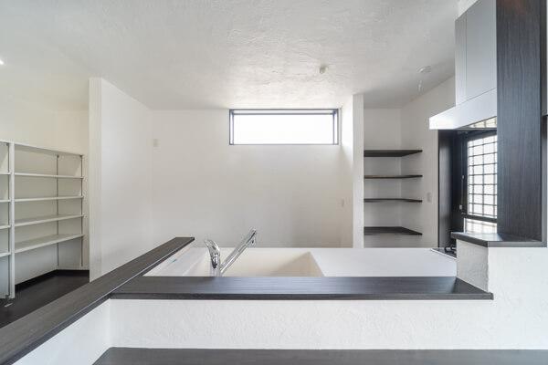 キッチンスペースの背面には天井付けでFIX窓に明るくなりますね