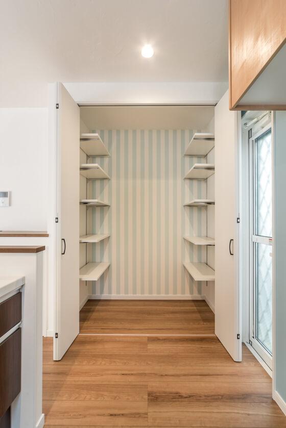 キッチン横。扉を開けると、1帖のパントリー 奥行があるので、側面の両側に可動棚を設置。正面にはストライプのアクセントクロスを入れ、可動式の収納BOX などを置く予定です