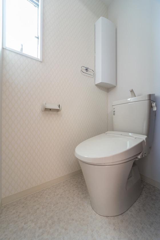 2階のトイレ アクセントの壁紙は「TWP-3429」、床はサンゲツのクッションフロア「HM-1099」を選ばれています