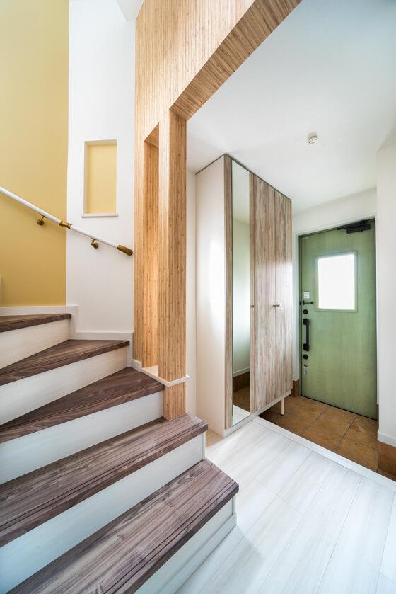 玄関収納はアイカのBOX型タイプ、鏡付をチョイス。マーレスⅡ。扉の色を新色からクワイエットエルムのQ色にされました