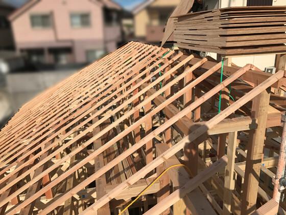 垂木も施工され、あとは野地板を貼れば、上棟の日の大工さんの作業は終了です。